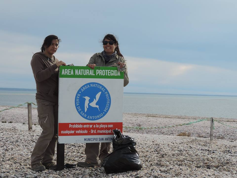 Signs decrease disturbance to birds. photo: Fundacion Inalafquen